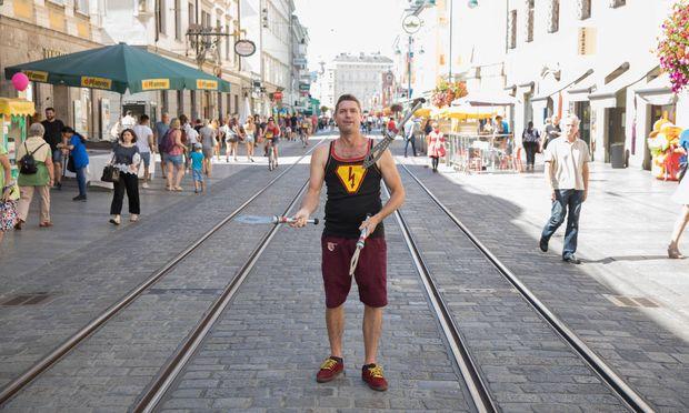 Jack Flash alias Gavin Hay auf der Landstraße in Linz. Der gebürtige Australier ist heuer zum geschätzt zehnten Mal dabei.