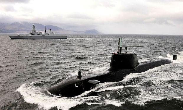 U-Boot der Astute-Klasse (im Hintergrund ein Type-45-Zerstörer)