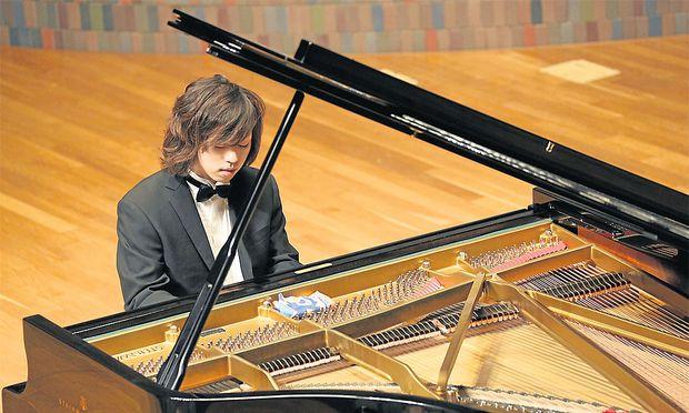 Junichi Kobayashi kann nichts hören. Das hindert ihn aber nicht daran, vor Publikum und gegen Bezahlung auf einem Klavier zu spielen.
