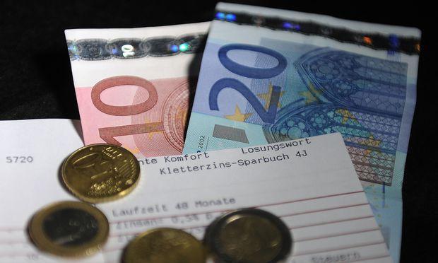 Erträge sollten von der Kapitalertragsteuer befreit sein, wenn man sich das Geld im Alter verrentet oder in regelmäßigen Tranchen auszahlen lässt; andernfalls muss man Steuern nachzahlen.