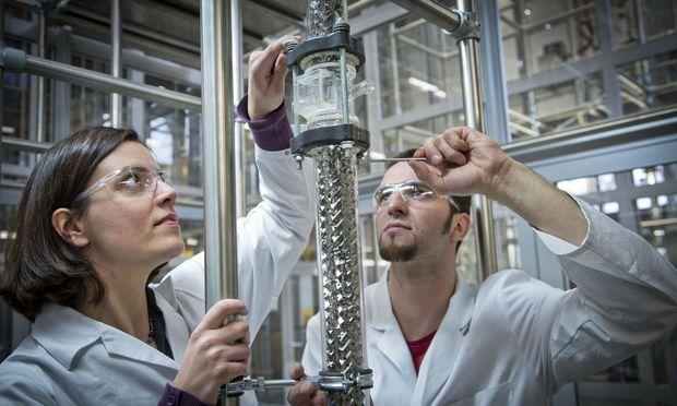 Die TU Graz vermittelt Know-how, um Erdölprodukte durch Erzeugnisse aus biogenen Rohstoffen zu ersetzen.