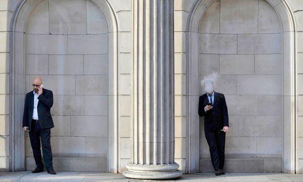 Die Zigarette vor dem Büro, vor der Bank, vor den Lokalen: In Londons City gehört's zum  Straßenbild in der City. Nun auch in Tschechien.