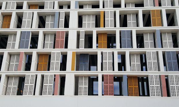 Rhythmus. Mediterrane Architektur zitiert Retro-Stilvorrat. Hier das OD Port Portals.