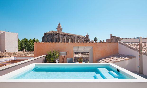 Wandel. Viele Bauten wurden zu Hotels mit Dachpool und -bar (Po-sada Terra Santa).
