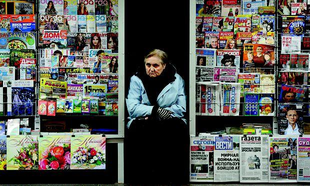Eine Zeitungsverkäuferin in Kiew wartet auf Kundschaft. Höhere Löhne haben die Konsumbereitschaft gesteigert.