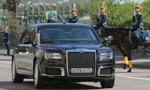 12:19Mercedes ausgebootet: Putin fährt erstmals mit Limousine made in Russia