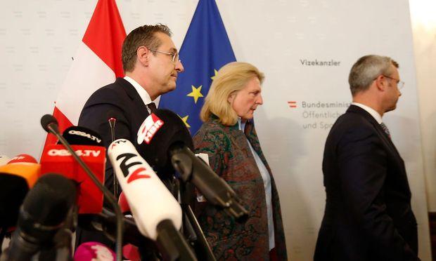 Bei der Rücktritts-Pressekonferenz von Heinz-Christian Strache (li.) stand Karin Kneissl in der Riege der FPÖ-Minister an dessen Seite.