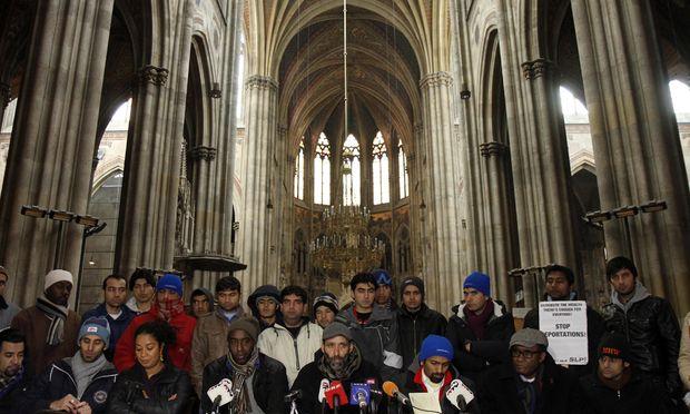 Die Asylwerber bei einer Pressekonferenz in der Votivkirche.