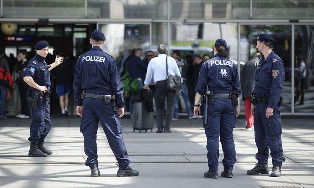 Polizisten patrouillieren am Praterstern, einem der Drogenumschlagplätze in Wien.