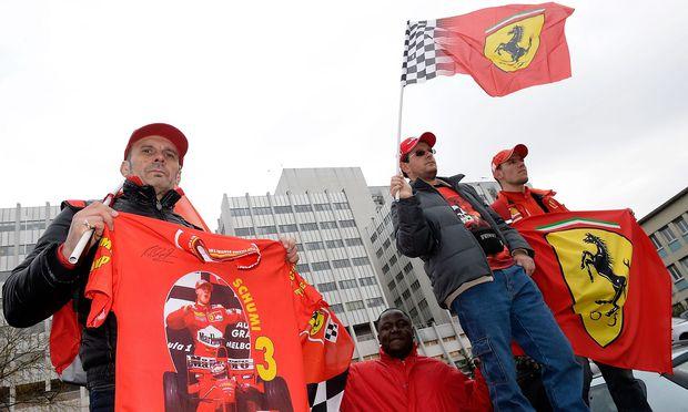 Fans mit Schumacher-Fanartikeln