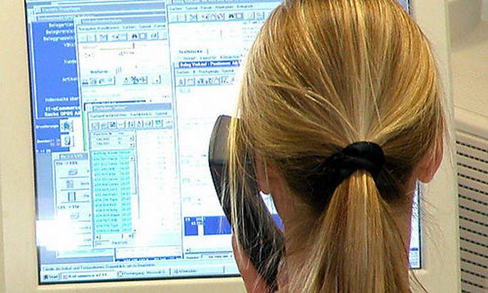 Jugendliche vor dem PC