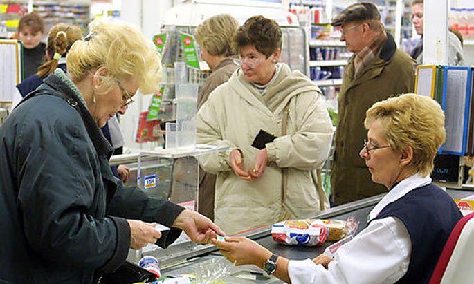 Zweite Kasse, bitte! An Supermarktkassen bilden sich unterschiedlich lange Warteschlangen
