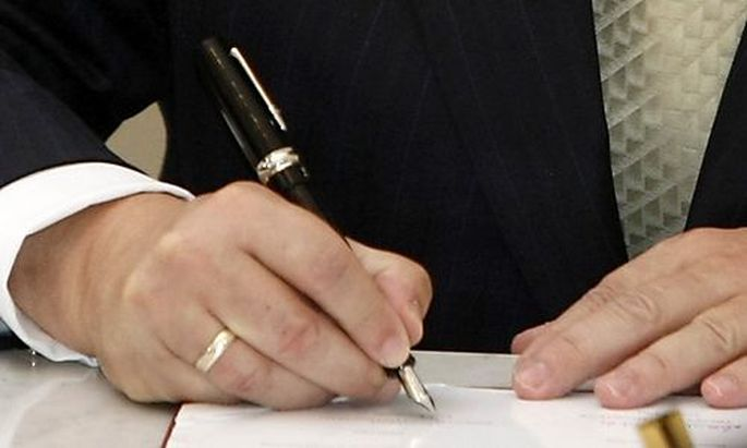 Polands President Lech Kaczynski signs the Lisbon Treaty in Warsaws President Lech Kaczynski signs the Lisbon Treaty in Warsaw