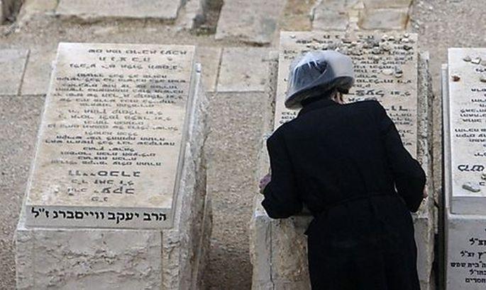 Symbolbild: Ein Orthodoxer Jude auf einem Friedhof in Jerusalem