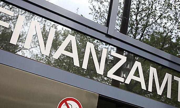 ARCHIV - Der Eingang des Finanzamtes in Heidelberg, aufgenommen am 16. April 2009. Gut eine Woche nac