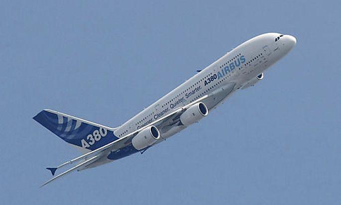 Ein Airbus A380 fliegt am Sonntag, 10. Mai 2009, ueber Bremen. Auf dem Airport Bremen fand eine Festv
