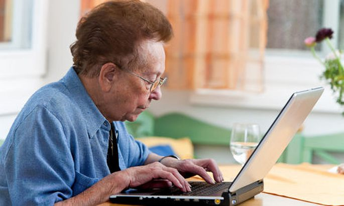 Seniorin mit Laptop