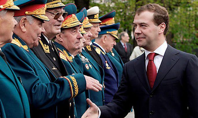 Medwedjew mit russischen Kriegsveteranen