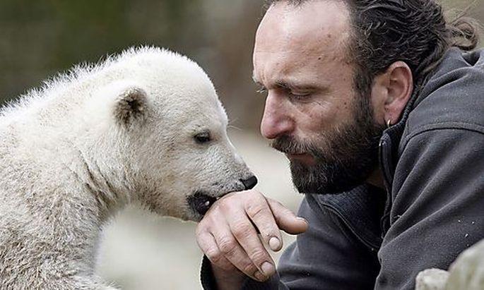 Knut und sein Ziehvater Thomas Dörflein