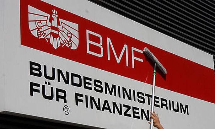 Ein Arbeiter putzt das Schild des Finanzministeriums in Wien am Mittwoch, 15. Juli 2009. (AP Photo/R