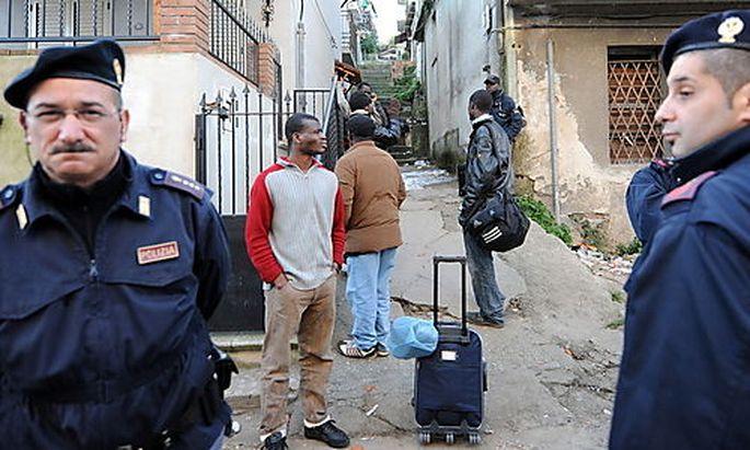 Die Polizei versucht vergeblich, die Gewalt gegen Migranten in Rosarno zu unterbinden