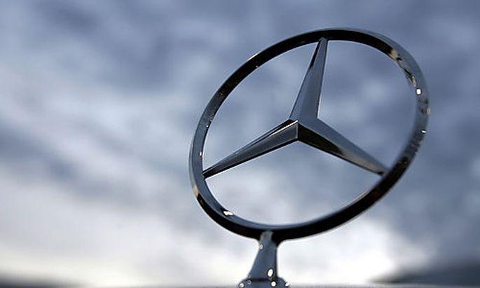** ARCHIV ** Ein Mercedes-Stern ist am 26. April 2006 auf dem Kuehler eines Mercedes E500 bei einem H
