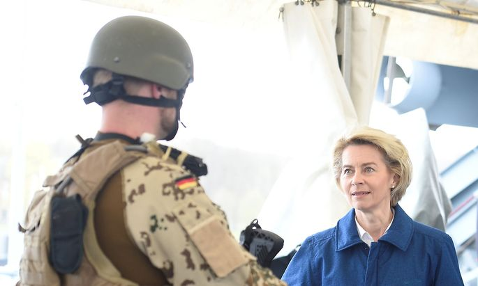 Archivbild: Ursula von der Leyen mit einem Soldaten