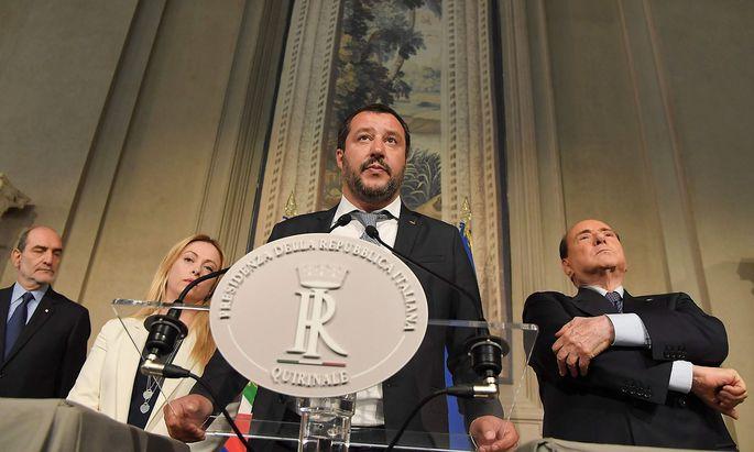 Lega-Chef Salvini (Mitte) will am Bündnis mit Berlusconi (re.) festhalten.