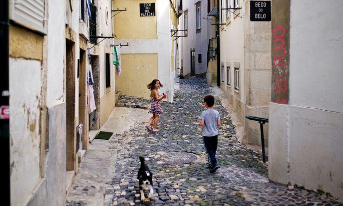 Kaum Perspektiven: Kinder spielen in der Altstadt von Lissabon. Immer mehr junge Portugiesen wandern aus, weil sie daheim keinen Job finden.