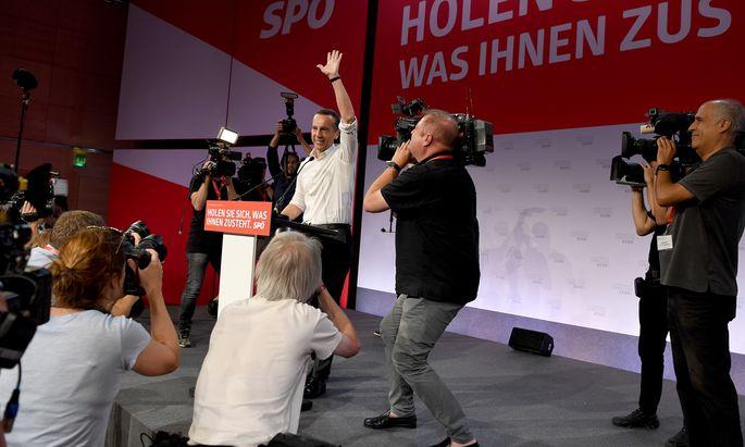 """""""Richtungsentscheidung am 15. Oktober"""": Bundeskanzler Christian Kern lässt sich beim Bundesparteirat der SPÖ in der Messe Wien feiern."""