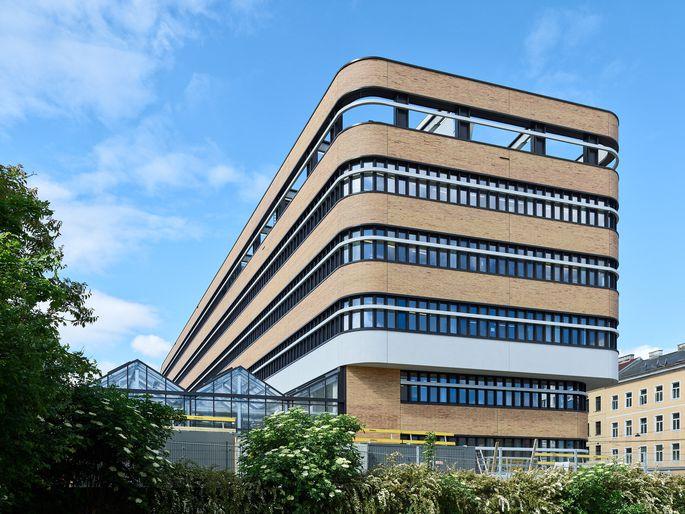 Markante Fassade mit 400.000 Klinkersteinen.