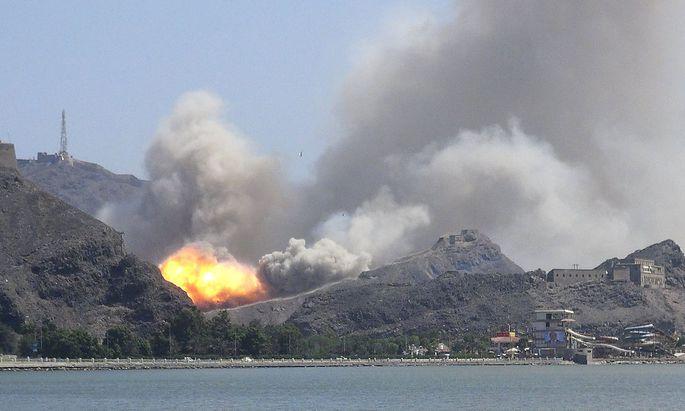 Explosion eines Waffenlagers im umkämpften Aden im März