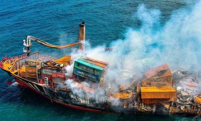 """Das Feuer auf der """"X-Press Pearl"""" konnte gelöscht werden, doch nun könnte der Frachter sinken."""