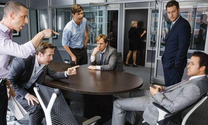 Jared Vennet (Ryan Gosling, rechts) und Mark Baum (Steve Carell, sitzend, Mitte) sehen die Finanzkrise kommen – und setzen alles auf eine Karte.