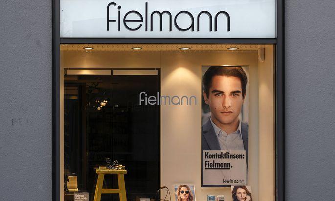 Auch beim Brillenhersteller Fielmann hält die Familie ein großes Aktienpaket.
