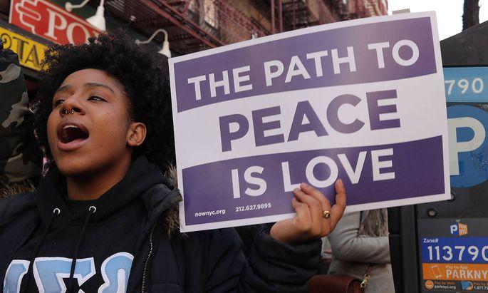 """Teilnehmerinnen des """"Women's March"""" in New York. Sie marschierten an der Westseite des Central Park entlang bis zum Bryant Park mitten in Manhattan."""