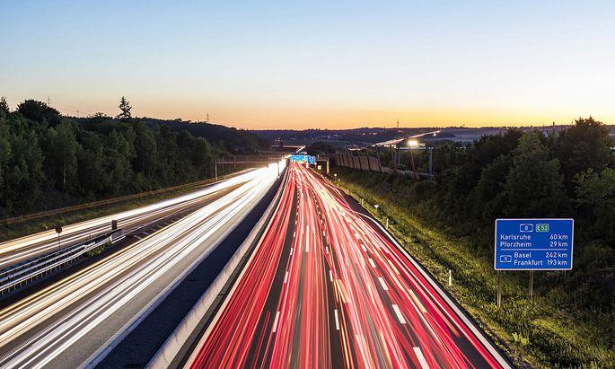 Fahren ohne generelles Tempolimit: Das ist in Europa nur noch in Deutschland möglich und auch dort umstritten.