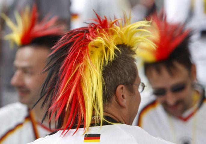 Fußballfans in den deutschen Nationalfarben.