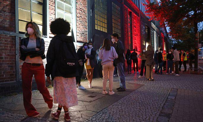 """Eine """"Impfparty"""" in Berlin: Mit DJ und zu Partystimmung versucht die Stadt, junge Menschen zum Impfen zu bewegen."""