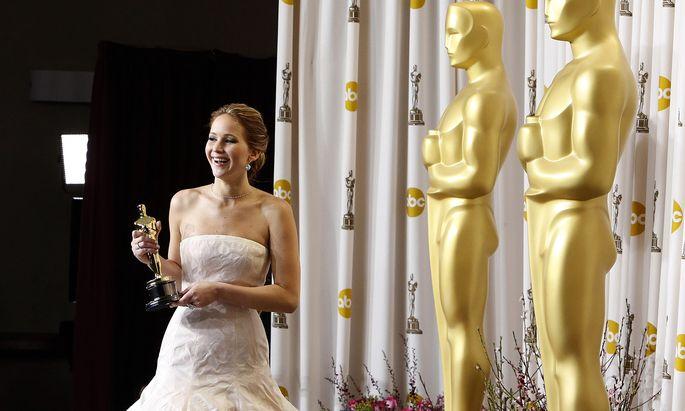 Jennifer Lawrence poses backstage after she won the Oscar for Best Actress for her role in ´Silver Linings Playbook´ at the 85th Academy Awards in Hollywood