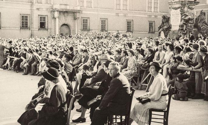 Domplatz. Reinhardt (Bildmitte) in Salzburg, hinter ihm seine langjährige Sekretärin Gusti Adler.