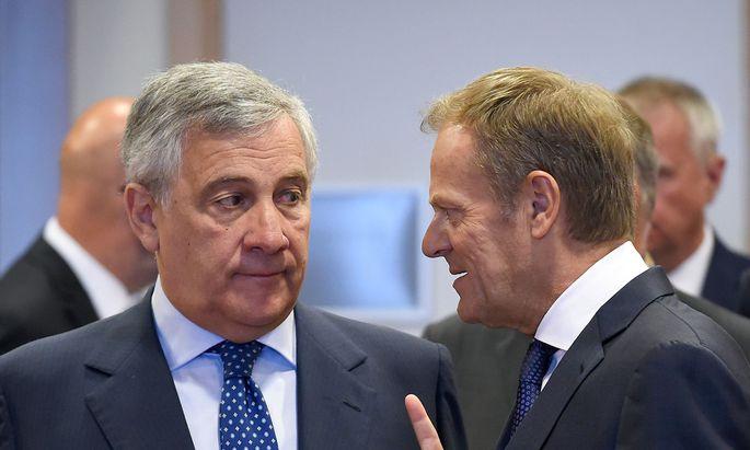 Überzeugen, sondieren, die Bereitschaft zu Kompromissen ausloten, Mehrheiten finden – Ratspräsident Donald Tusk (r.) im Gespräch mit EU-Parlamentspräsident Antonio Tajani.