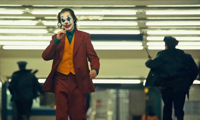 """Ist er so gut wie Heath Ledger in dieser Rolle? Joaquin Phoenix legt diemal die weiße """"Joker""""-Schminke auf."""