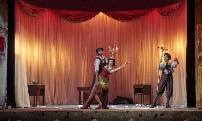 Hoffmann als Erwachsener (links) mit dem personifizierten Feuer (Ilona Revolskaya) und als Kind.