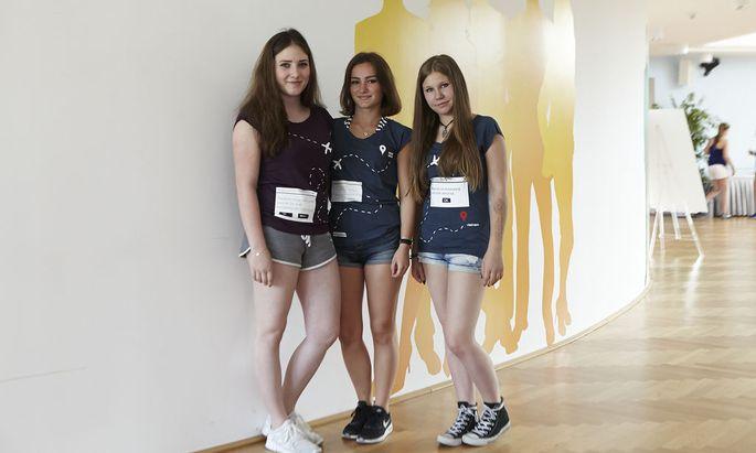 """""""Diese Art von Ausbeutung wird nicht unterstützt"""": Die Schülerinnen und Schüler entwarfen T-Shirts mit eindrücklichen Botschaften."""