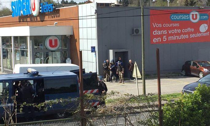 Die Polizei stürmte am Nachmittag den Supermarkt Super U in Trèbes. Der Geiselnehmer wurde getötet.