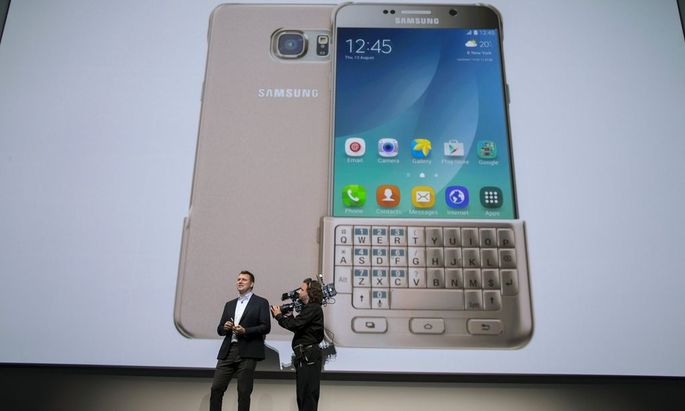 Vice President of Product Strategy and Marketing for Samsung Electronics America, Justin Denison, demonstrates a Samsung Galaxy Note 5 at the product's launch event in New York