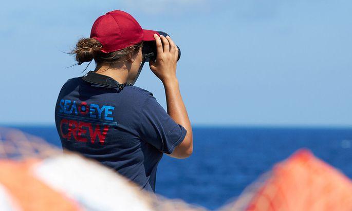 """Eine Aktivistin auf der """"Alan Kurdi"""", auf einem von """"Sea-Eye"""" veröffentlichten Bild."""