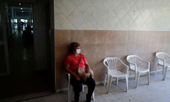 Eine Frau in Argentinien wartet auf die zweite Teil-Impfung.