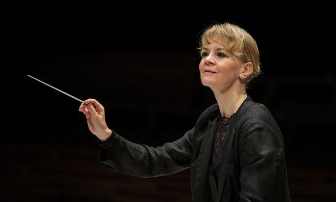 """Fäden ziehen mit dem Taktstock: Susanna Mälkki dirigiert heute in der Wiener Staatsoper """"Dantons Tod"""". ["""
